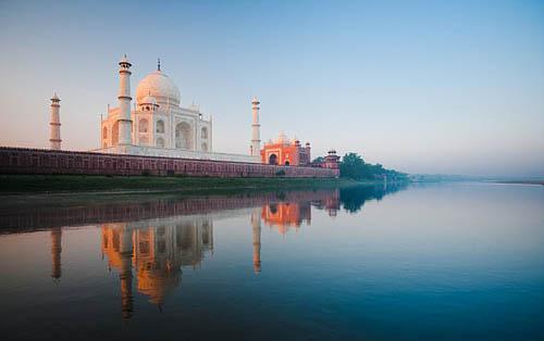 Trước đây, Taj Mahal đã phải thường xuyên được tẩy trắng để giữ lại màu sắc nguyên thủy và chống lại sự ố vàng do không khí ô nhiễm. Ảnh: Shutterstock.