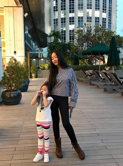 Sau chuỗi ngày đón Tết ở Thuỵ Điển, quê chồng, Đoan Trang và con gái trở về TP HCM, quá cảnh tạiThái Lan. Cả hai nghỉ tại một khách sạn hạng sang ở thủ đô Bangkok. Nhiệt độ ấm áp ở Thái Lan khiến bé Sol thích thú khi bỏ được lớp áo dày chống lại cái lạnh ở châu Âu.