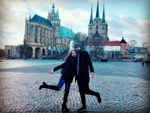 Ca sĩ Đông Hùng và bạn gái đang có chuyến du lịch Đức. Cả hai check-in tại biểu tượng của thành phố Erfurt, nhà thờ chính Erfurter Dom.