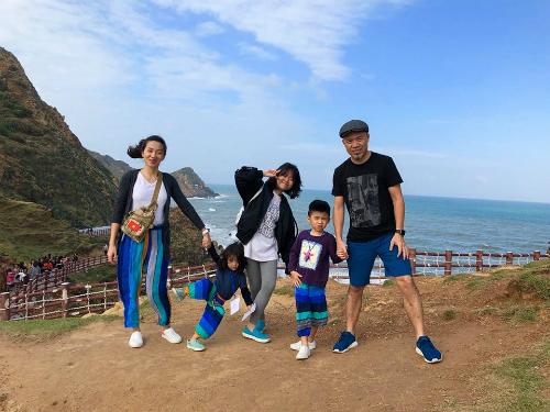 Bận rộn với lễ hội đếm ngược ở Quy Nhơn, Bình Định, sau khi hoàn thành công việc, anh cùng gia đình thăm hỏi họ hàng và du lịch tại đây. Cả nhà chụp ảnh lưu niệm tại Eo Gió, nơi được mệnh danh là đảo Jeju của Việt Nam.