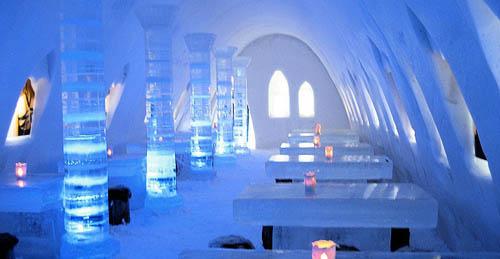 Các khu vực trong lâu đài đều được thắp với những tia sáng đầy màu sắc, khiến các bức tường làm từ băng tuyết thêm phần lung linh. Ảnh: