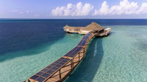 Khu nhà hàng được ngăn cách với khu vực biển xung quanh bằng kính cường lực dày 15cm.