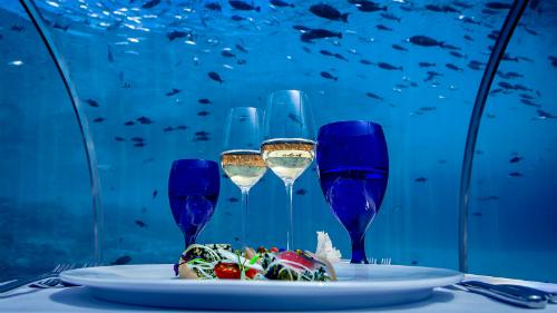 Điều đặc biệt đó, theo Oever là du khách có thể thấy được bóng của những rạn san hô phản chiếu trên đĩa ăn của mình. Tuy nhiên đây là nhà hàng chỉ dành cho người lớn.