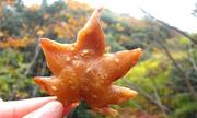 Đặc sản lá phong chiên giòn hơn 700 năm ở Nhật