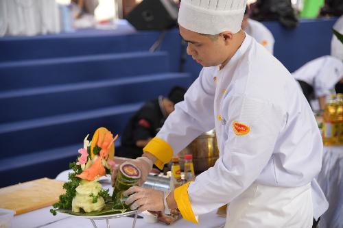 Đầu bếp Lý Kim Long, đến từ hội đầu bếp chuyên nghiệp Sài Gòn, đã đem món ăn này tới tranh tài và nhận huy chương vàng từ ban tổ chức. Đây là điều khích lệ cho sự sáng tạo, kết hợp những giá trị văn hóa truyền thống trong một món ăn duy nhất, đúng như tên gọi. Anh Long cho biết gia đình mình có truyền thống theo nghề nấu nướng đã hơn 30 năm nên anh đã làm bếp từ rất lâu và mong muốn Tết này sẽ bổ sung vào thực đơn của gia đình món ăn đã giúp anh giành giải.