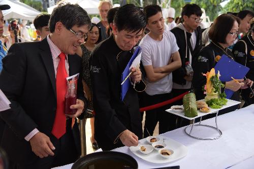 Nhận xét về món Tết Vạn ý nghĩa, ông Lý Sanh, Chủ tịch hội đầu bếp chuyên nghiệp Sài Gòn cho biết: Với bánh truyền thống, thành phần chính chỉ gồm đạm và tinh bột. Với cải tiến này trong bánh tết có thêm thành phần rau củ, tốt cho sức khỏe. Các loại rau quả có nhiều màu sắc tự nhiên giúp cho lát bánh tăng phần mỹ quan, hấp dẫn thực khách. Theo ông Sanh, món ăn còn thể hiện điều tốt lành qua các màu sắc: nếp trắng tượng trưng cho sự thuần khiết; trứng muối có màu hoàng kim - mọi người đều yêu thích sự thịnh vượng ; màu tím toát lên nét thanh tao quý phái ; màu đỏ hồng cho sự may mắn, quyền uy quý tộc, màu xanh cho sự hòa thuận, sung túc. Tất cả như gởi đến mọi người lời cầu chúc cho mọi người đạt được những điều tốt đẹp nhất trong cả năm mới, ông nói.