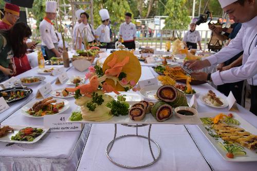 Đặc biệt, chiều 12/1, Ban tổ chức đã xác lập kỷ lục Cuộc thi quy tụ nhiều món chiên đặc sắc nhất Việt Nam, với sự tham gia của 50 đầu bếp chuyên nghiệp. Trong đó, món ăn Tết mới mang tên Vạn ý nghĩa, do Maggi phối hợp cùng 3 chuyên gia ẩm thực sáng tạo nên đã gây tiếng vang trong cuộc thi này.