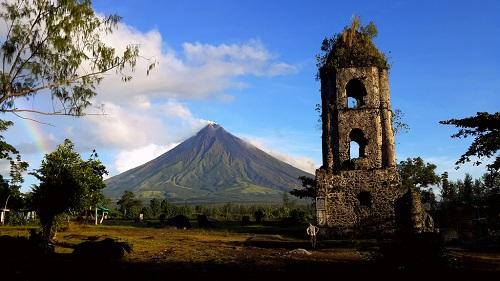 Tháp chuông là một trong những tàn tích của thị trấn Cagsawa sau vụ phun trào cách đây hai thế kỷ của núi Mayon. Ảnh:WOW Legazpi.