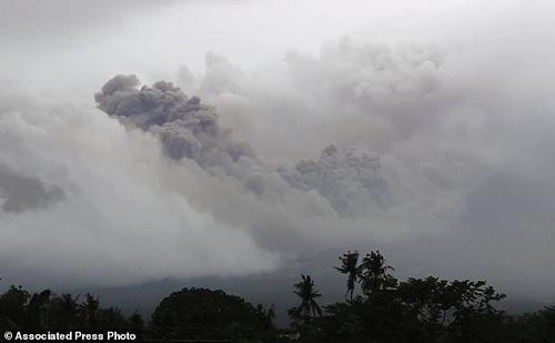 Ảnh chụp núi lửa Mayon vào sáng 15/1, nhìn từ thành phố Legazpi, tỉnhAlbay, cách thủ đô Manilakhoảng340 km về phía tây nam. Ảnh:AP.