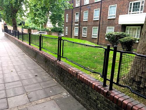 Những hàng rào sắt này có thâm niên từ thế chiến thứ hai. Ảnh: Amusing.
