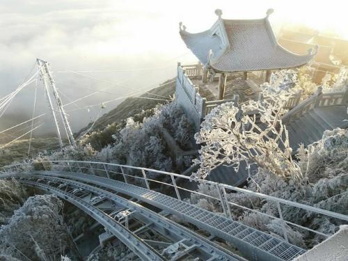 Nếu may mắn, bạn có thể nhìn thấy tuyết trên đỉnh núi Fansipan. Ảnh: VnExpress.