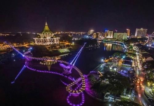 Sự đông đúc của Kuching tập trung nhiều ở phía bờ Nam sông Sarawak, địa bàn của người Hoa Kiều, nơi các kiến trúc quan trọng đều được sơn phủ màu xanh da trời. Phía bờ Bắc, ít nhộn nhịp hơn, nổi bật với kiến trúc xanh lá, là nơi chủ yếu người Malaysia và thổ dân Bumi sinh sống. Bạn có thể đi sampan (taxi trên sông) để ngắm nhìn toàn cảnh thành phố.Cầu bộ hành Golden Anniversary Bridge, biểu tượng mới của Kuching, dài 330m với những đường uốn lượn độc đáo bắc qua sông Sarawak nối 2 bờ vừa mới khánh thành cuối 2017.