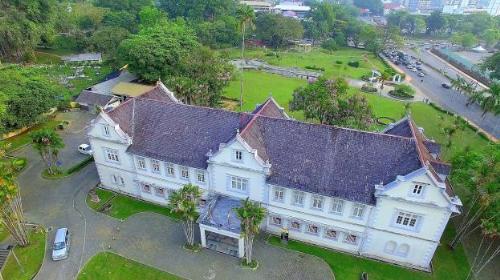 Sarawak Museum vốn là một trong những bảo tàng tốt nhất ở châu Á, với các hiện vật trưng bày về dân tộc, lịch sử thiên nhiên, các món đồ tạo tác của người Malaysia và đồ sứ Trung Hoa.