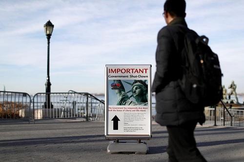 Biển báo đóng cửa khu tham quantượng Nữ thần Tự do đặt gần bến phà tại công viên Battery, Manhattan, New York. Ảnh: Andrew Kelly.
