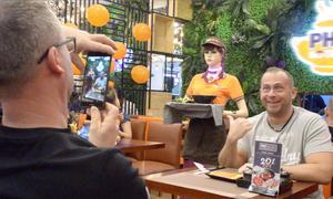 Khách Tây khen ý tưởng robot phục vụ ở Sài Gòn
