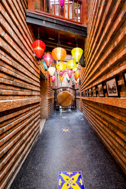 Không gian mang dáng dấp của một bảo tàng thu nhỏ, tái hiện sống động những nét văn hóa đặc trưng lâu đời của Chăm cổ Việt xưa.