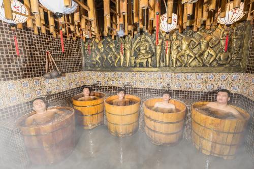 Du khách trải nghiệm ngâm tắm lá thuốc người Dao đỏ (Sa Pa) trong thùng gỗ Pơ Mu, vừa chiêm ngưỡng dấu tích thời gian qua nhiều hiện vật quý giá.