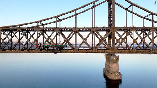 Một chiếc xe tải đi từ hướng Trung Quốc tới Triều Tiên qua cây cầu hữu nghị Trung - Triều, nối liền thành phố Đan Đông vớiSinuiju, bắc qua sông Áp Lục. Giao thông qua biên giới trên cây cầu này cũng giảm đáng kể từ khi Liên hợp quốc áp dụng lệnh trừng phạt với Triều Tiên. Ảnh: CNN.