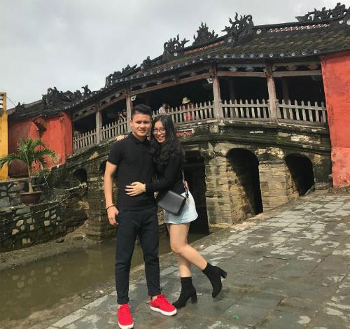 Quang Hải và bạn gái đi du lịch tại Hội An.