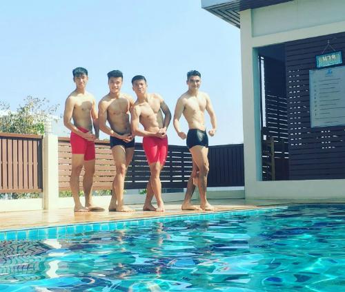 Chàng thủ môn rắn rỏi của đội tuyển U23 Việt Nam cùng đồng đội ở hồ bơi tại khách sạn Alvarez Hotel ở Buriram, Thái Lan.