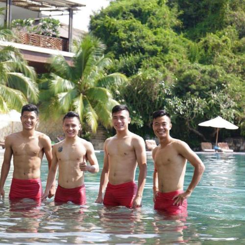 Đức Chinh, Quang Hải và Bùi Tiến Dụng nghỉ xả hơi ngày cuối tuần tại một resort. Lịch thi đấu trong năm thường không quá dày đặc nên các cầu thủ vẫn có thời gian kết hợp tập luyện và vui chơi.