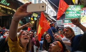 Khách Tây: 'Tôi chưa từng thấy ai ăn mừng trận thua tưng bừng như vậy'