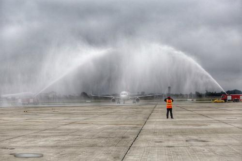 Máy bay chở tuyển Việt Nam hạ cánh xuống sân bay Nội Bài được xịt nước. Ảnh: Ngọc Thành.