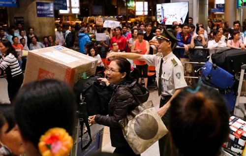 Người dân tập trung ở sân bay Tân Sơn Nhất đón người thân là Việt kiều về nước. Ảnh minh họa: Quỳnh Trần.