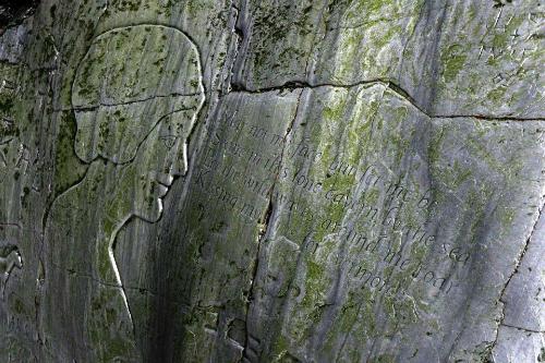 Những hình khắc trên hang đá được Tom tìm thấy. Ảnh: News.