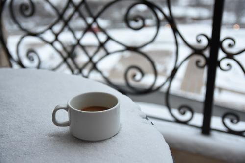 Một cốc trà hoặc cà phê ấm nóng sẽ tốt hơn rượu. Ảnh: Hoài Phong.