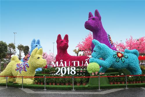 Khai trương cuối tuần qua, Sun World Halong Complex từ sáng sớm tới tối khuya nườm nượp khách tới tham quan lễ hội hoa lớn nhất ở Quảng Ninh.