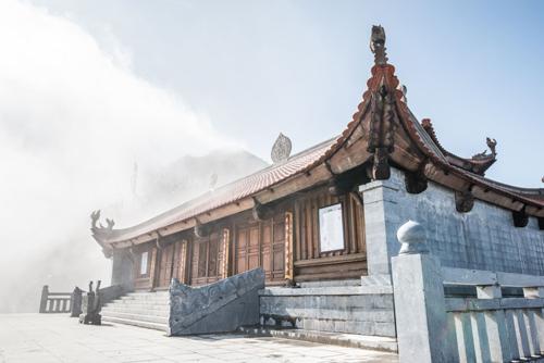 Du xuân, lễ Phật giữa chốn bồng lai FansipanSun World Fansipan Legend đang nổi lên là điểm đến tâm linh hấp dẫn hàng đầu Việt Nam với quần thể văn hóa tâm linh kỳ vĩ vừa khánh thành hôm 30/1/2018 trên đỉnh Fansipan bao gồm: Kim Sơn Bảo Thắng Tự, nơi có Đại hùng Bảo Điện với nhiều pho tượng Phật được tạo tác kỳ công, bảo tháp 11 tầng bằng đá nguyên khối, con đường La Hán với 18 bức tượng La Hán bằng đồng cao 2,5m; Đại tượng Phật A Di Đà bằng đồng cao nhất Việt Nam. Cùng với đó là nhiều công trình Phật giáo tiêu biểu như Bích Vân Thiền tự, tượng Quán Thế Âm Bồ Tát, tháp chuông  Vọng lĩnh cao đài, miếu Sơn Thần& Đầu xuân lên đỉnh thiêng Tây Bắc lễ Phật cầu an, không gì ý nghĩa hơn.