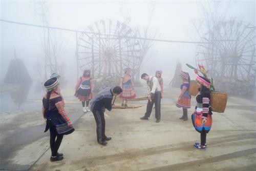 Ngoài ra, dịp Tết này, Sun World Fansipan Legend còn tổ chức hàng loạt hoạt động đón Tết mang đậm bản sắc vùng cao. Suốt một tuần lễ từ ngày 19 - 25/2 (tức mùng 4 đến mùng 10 Tết Mậu Tuất), Lễ hội khèn hoa Sun World Fansipan Legend - Sắc Xuân Tây Bắc sẽ diễn ra với các chương trình nghệ thuật đặc sắc, hội thi múa khèn của đồng bào dân tộc HMong, triển lãm hoa cảnh, không gian vui chơi giải trí truyền thống và những màn biểu diễn võ thuật chủ đề hào khí Fansipan vô cùng thú vị.