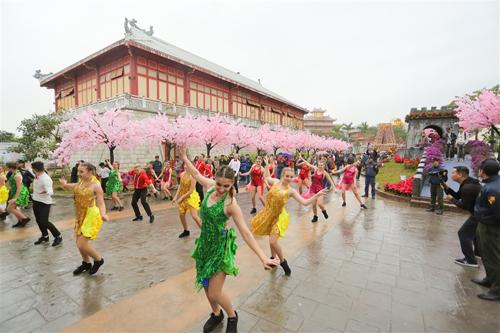 Du ngoạn vòng quanh kỳ quan thế giới bên vịnh Hạ LongVề miền di sản Hạ Long, SunWorld Halong Complex vẫn đang tưng bừng đón hàng chục ngàn du khách tham dự Lễ hội Kỳ quan muôn sắc hoa kéo dài tới 20/2/2018 (tức mùng 5 Tết Mậu Tuất). Sự kiện không chỉ tạo nên một không gian xuân ngập tràn sức sống với bảy kỳ quan thế giới được kết tạo với hoa tươi mà còn khuấy động thành phố Hạ Long với hàng trăm trải nghiệm vui chơi giải trí hấp dẫn tại Sun World Halong Complex, Dragon Park&