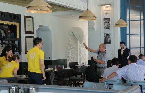 Ông Park Hang Seo chào người hâm mộ khi tham quan resort ở Nam Đảo.