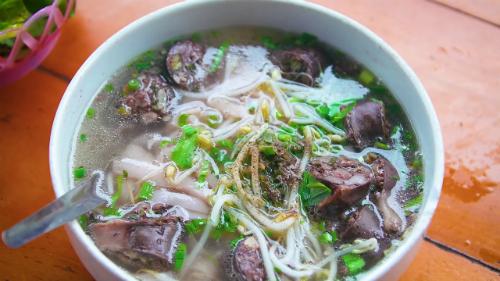 Phở Sài Gòn thường có nhiều nguyên liệu ăn kèm. Ảnh: Youtube.
