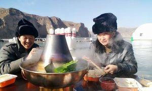 Tiệc lẩu nóng hổi trên mặt sông Hoàng Hà đóng băng