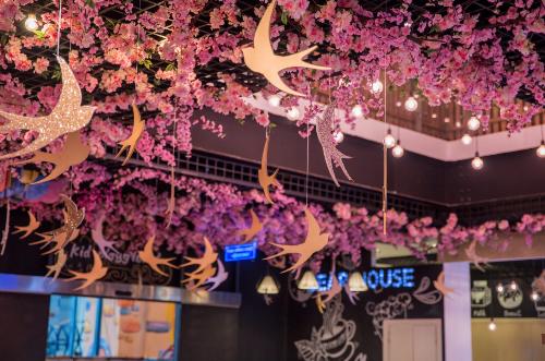 Những nhành hoa anh đào cùng biểu tượng chim én được trang trí ngay vào cổng khu tuyết, tạo cho du khách cảm giác thoải mái như mùa xuân đang về muôn lối.