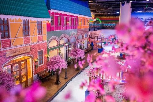 Hình ảnh vườn hoa anh đào thơ mộng, những mái nhà xinh xắn, sắc hồng ngập tràn mọi khung cảnh của khu tuyết& sẽ khiếnxao lòng trong không khí mùa xuân rộn ràng.