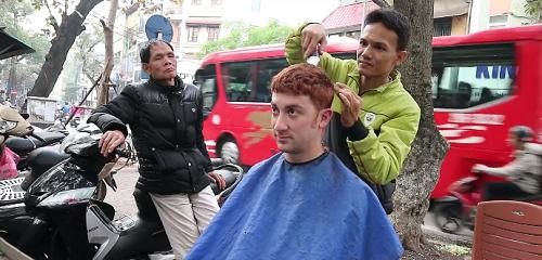 Drew thử cắt tóc tại quán ven đường. Ảnh:Drew Binsky.