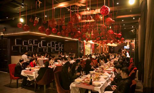 Nằm trên nóc tòa cao ốc giữa lòng Hà Nội, The Rooftop sẽ mang đến cho bạn hai bữa tiệc tuyệt vời trong ngày lễ tình nhân và đêm giao thừamang tên The Lovers Bring Dating Back ngày 14/2 và Year of the Dogngày 15/02 (30 Tết Âm lịch).Những ngày này nhà hànglại được tô điểm bởi sắc đỏ Á Đông, sắc màu nồng nàn của ngày lễ tình nhân và những điều may mắn trong dịp tết truyền thống của người Việt.Những trái tú cầu mây đỏ rực tô điểm trên cao và hàng đào đỏ thắm bao phủ ban công nhà hàngđem đến một không gian ấm áp, ấn tượng cho hai ngày lễ đặc biệt trong dịp cuối năm.