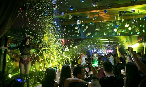 Trong suốt hai bữa tiệc tối, âm nhạc đỉnh cao sẽ lan tỏa khắp không gian nhà hàng,với sự xuất hiện của những DJ tài năng trong giờ bar. Ca sĩ Yến Lê (The Remix 2017) với giọng hát cá tính cùng DJ Lộc Bunny sẽ khiến đêm lễtình nhânsôi động cùng những bản hit đình đám. Bữa tiệc tối của đêm giao thừa 2018 lại là những giây phút bùng nổ với DJ Gary Bình và Lộc Bunny. Màn trình diễnấn tượngsẽ cho bạn cảm giác như đang ở giữa một lễ hội âm nhạcquốc tế.