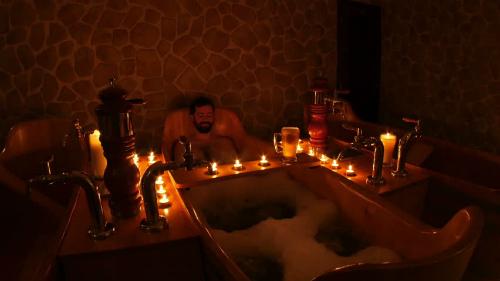 Tuy nhiên, nếu muốn được thư giãn riêng tư, du khách có thể thuêmột bồn tắm bia riêng thay vì những phòng tắm chung. Ảnh:Pinterest.