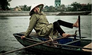 Khách Tây thích thú vì cách chèo thuyền bằng chân ở Ninh Bình