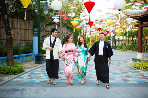 Đi hết con đường hoa mai, sẽ rất thích thú khi được diện những bộ trang phục truyền thống của các nước châu Á, bước đi trên con đường được trang hoàng bằng cờ các nước APEC cùng với lồng đèn rực rỡ ở khu công viên giải trí.
