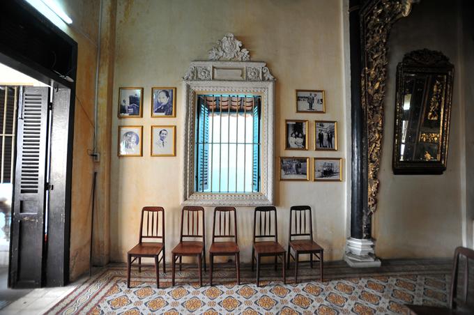 """<p class=""""Normal""""> Ảnh gia đình ông Huỳnh Thủy Lê - chủ nhân cũng là nhân vật chính của ngôi nhà """"Người tình"""" Sa Đéc - được treo khung kính trang trọng hai bên hông nhà.</p>"""