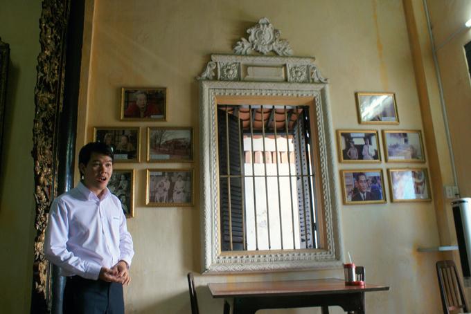 """<p class=""""Normal""""> Hướng dẫn viên kiêm thuyết minh tại nhà cổ Huỳnh Thủy Lê, đang kể về lịch sử, xuất xứ cũng như ý nghĩa của câu chuyện tình Việt - Pháp. Trên tường là những tấm ảnh về nữ nhà văn Marguerite Duras cùng những hình ảnh bối cảnh bộ phim được chuyển thể từ tiểu thuyết.</p>"""