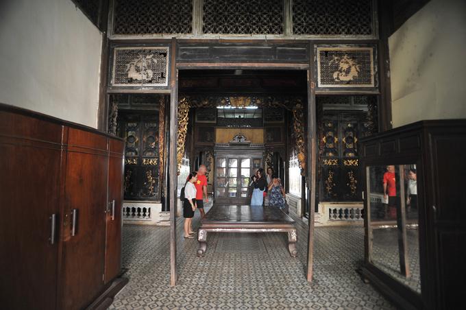 """<p class=""""Normal""""> Góc gian sau của ngôi nhà là nơi có chiếc giường cổ cũng được sơn son thếp vàng. Hàng năm nhà Huỳnh Thủy Lê đón hàng chục nghìn lượt khách quốc tế đến tham quan, đặc biệt cộng đồng Pháp ngữ chiếm số lượng rất lớn.</p>"""