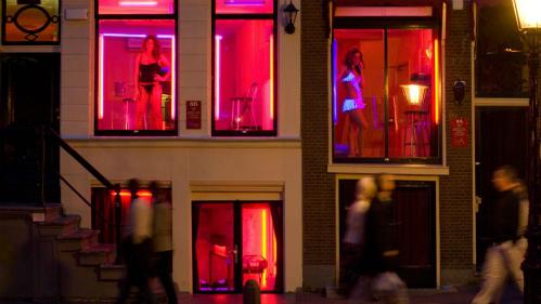 Mại dâm được hợp pháp hóa tại Hà Lan, song những cô gái mại dâm không được hành nghề trên phố, đó là lý do họ luôn đứng sau cửa sổ kính để mời chào khách. Ảnh:Atlantide Phototrave.