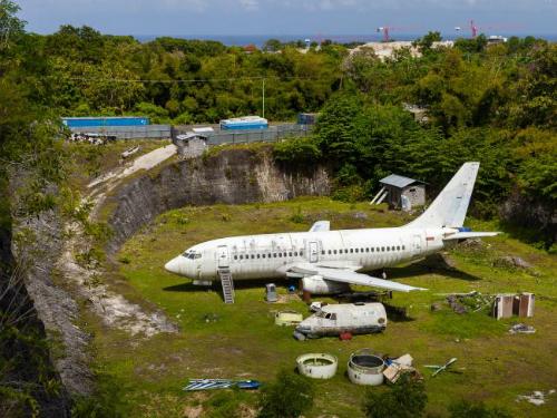 Không ai biết vì sao chiếc máy bay này lại nằm ở đây, thay vì một nghĩa trang dành riêng cho nó. Ảnh: News,